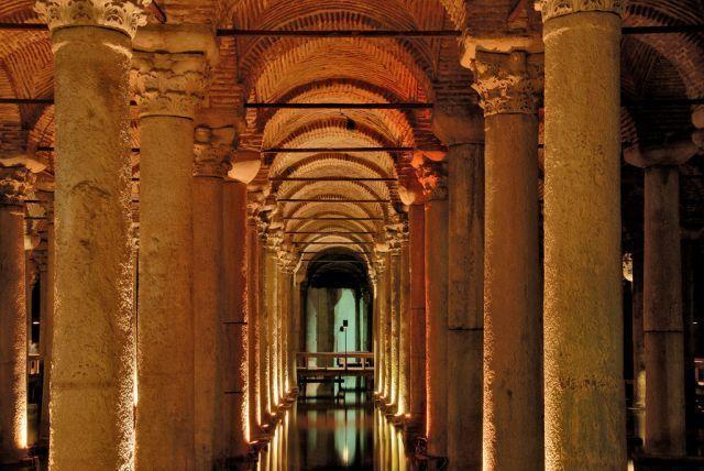 トルコの地下貯水槽宮殿.jpg